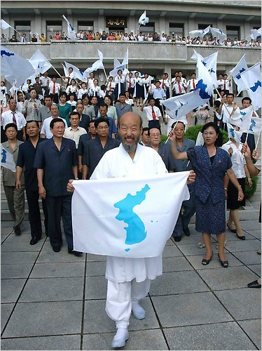 Han Sang Ryol holding a unification flag