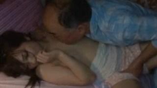 後妻が寝ている隙に義理の娘の部屋に侵入してレイプする義理の父親