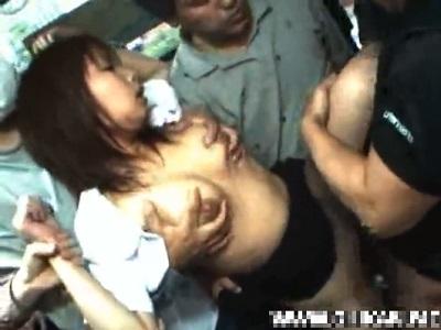 バスの車内で痴漢の集団に囲まれ電マ攻撃や強姦される女子校生