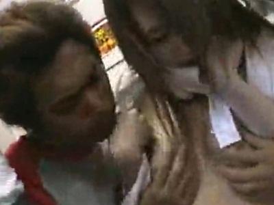 満員の電車内で男たちから犯されてしまう2人の女子校生