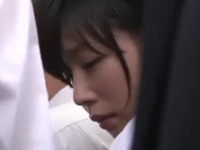 乗客で込み合う電車内で痴漢され涙が出る可愛い女子校生