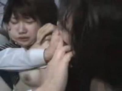 バスの車内で母と娘を一緒に襲い中出しレイプする痴漢集団