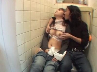 泥酔したお姉さんがトイレで犯され中出しされる