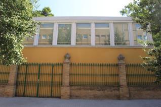 É uma nova biblioteca, mas não tem saída para a rua e portanto, não pode ser usada. > http://www.levante-emv.com/valencia/2011/10/29/biblioteca-acceso-puerta-calle/852178.html