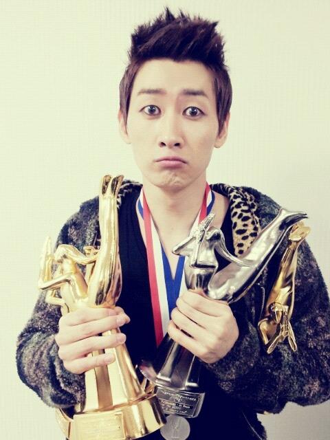 Eunhyuk's tweet:<br /> 엄마 나 챔피언 먹어썽!! 고뤠~?? 안되겠다 엘프 불러야겠다 이거~ 이 상 머겅 두번머겅 세번머겅 네번머겅<br /> Translation:<br /> mum, i'm the champion!! right~?? nope, i need to call ELF that~ eat it, eat twice, eat thrice, eat four times<br /> cr: iamsj_elf