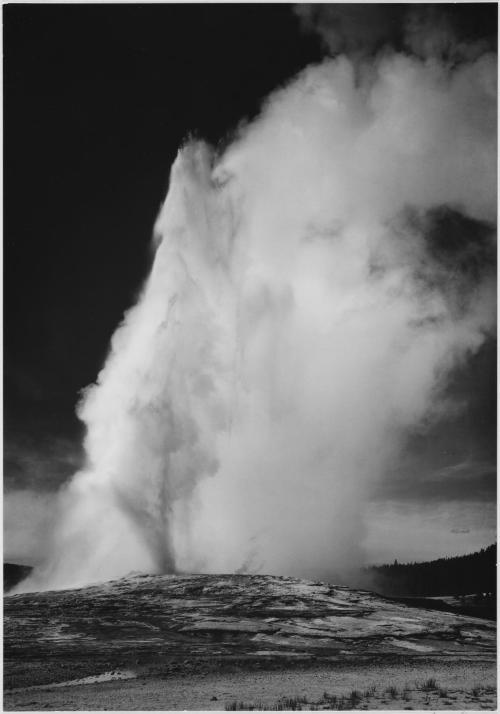 140 años atrás, hoy en día, el Parque Nacional Yellowstone se convirtió en el primer parque nacional de América.  Situado en Wyoming, Montana e Idaho, es el hogar de una gran variedad de vida silvestre, incluyendo osos pardos, lobos, bisontes y alces.  Conservado en el Parque Nacional Yellowstone Old Faithful son y una colección de géiseres más extraordinarios del mundo y las fuentes termales, y el Gran Cañón del Yellowstone.Pictured anterior es el Old Faithful erupción, que es de Ansel Adams serie de fotos de Nacional Parques y Monumentos tomadas de 1933-1942.  Foto: Ansel Adams, EE.UU. National Archives