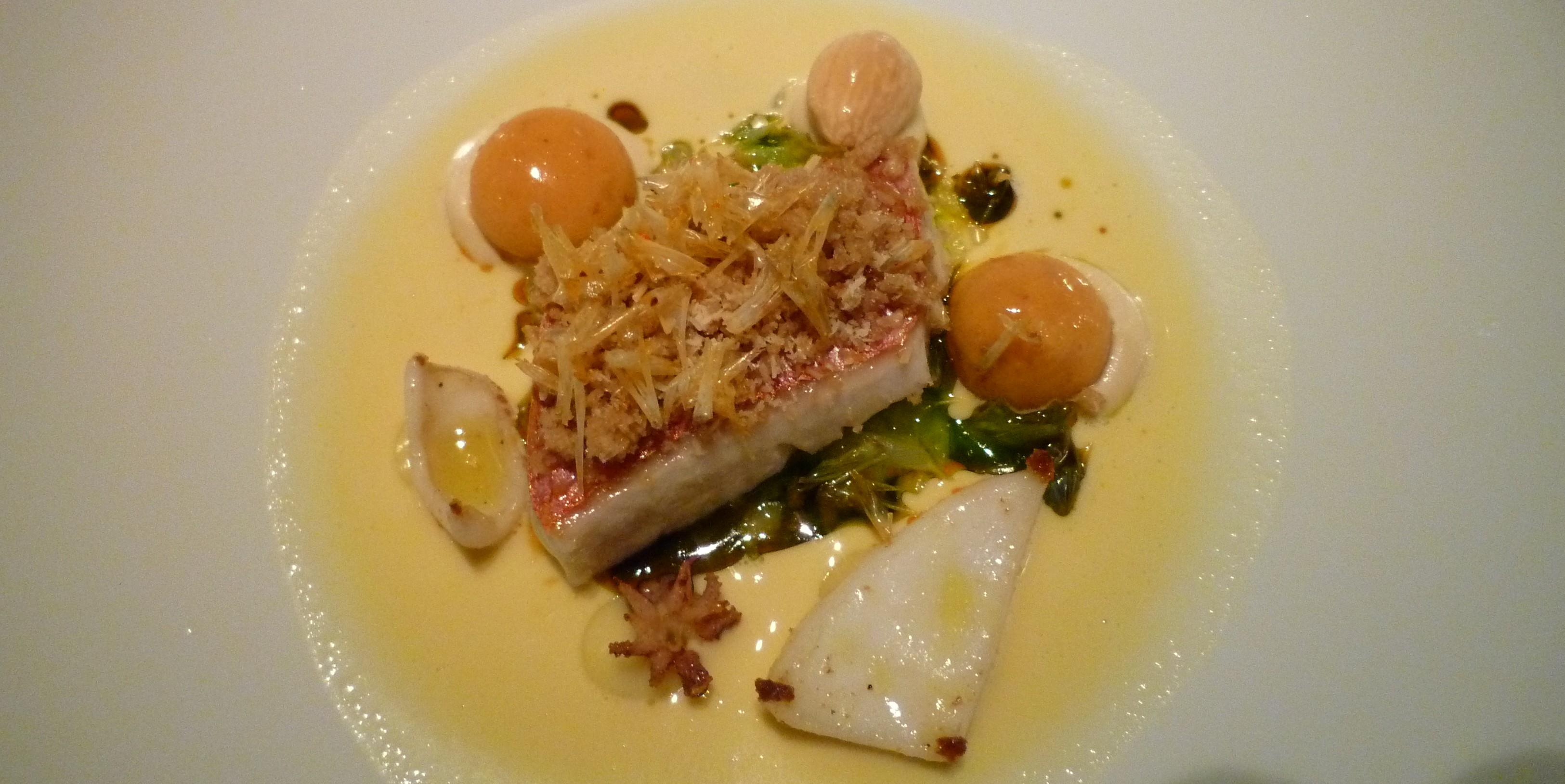 Rotbarbe & Calamaretti mit Zitrusaromen, Mandeln, Sobrassada-Gnocchi