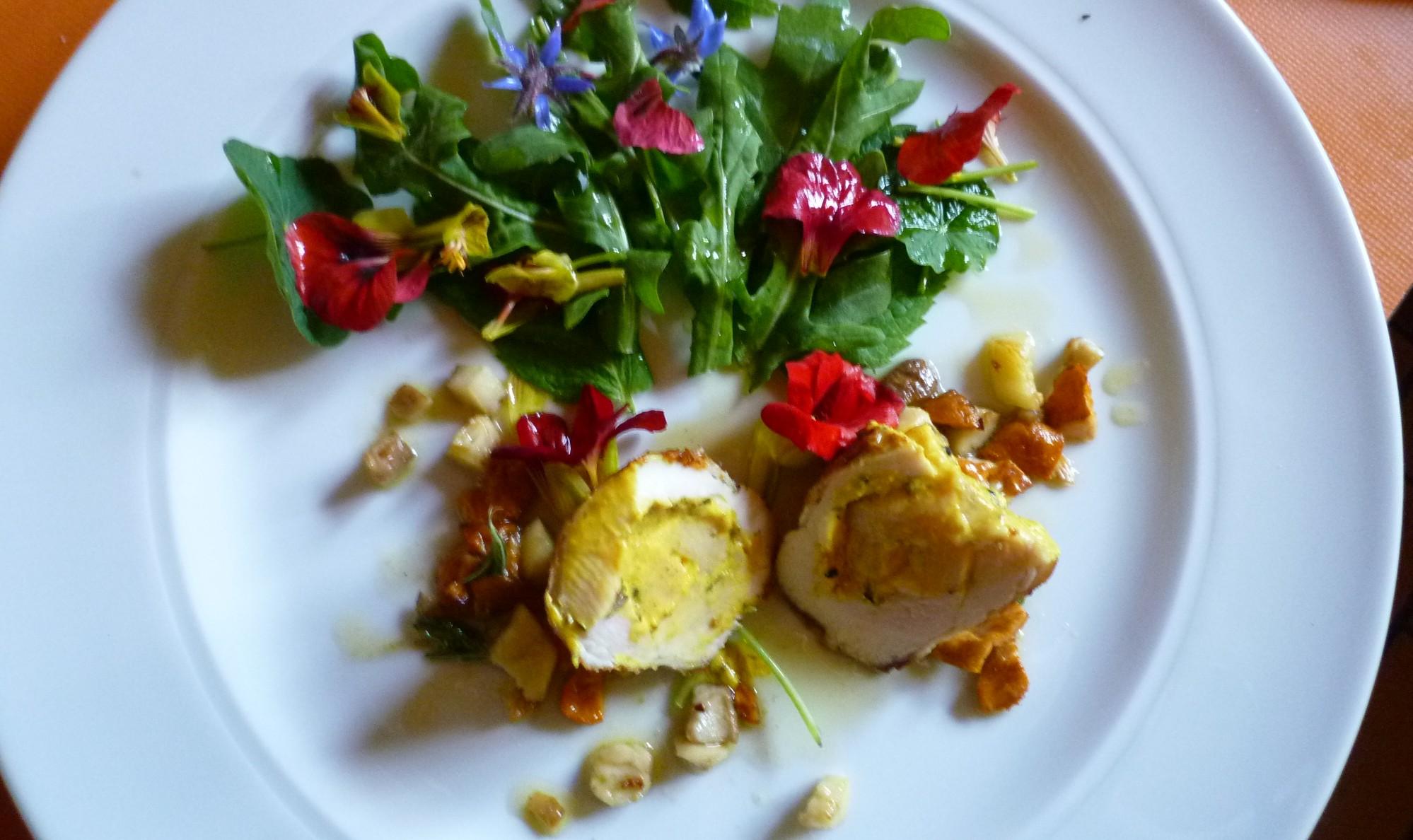 Roulade von der Poularde mit Salat