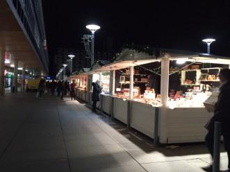 La nuit tombe ur le marché de Noël de rennes