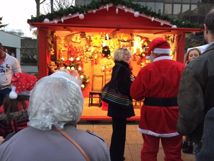 Le père noël en visite sur le marché de Noël de Rennes