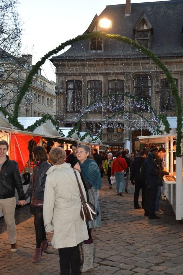 Les rideaux lumineux crééent une ambiance féérique sur le marché de Noël de Rouen