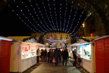Les rideaux lumineux créent une ambiance de féérie sur le marché de noël de Nantes