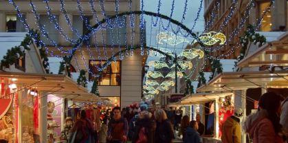 Allées illuminées entre les chalets du marché de Noël de Rouen