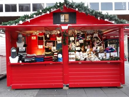 Accessoires d'hiver dans un chalet du marché de Noël de Rennes