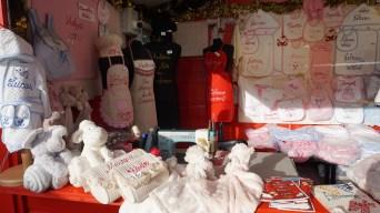 Chalet de broderie artisanale sur le marché de Noël de Nantes