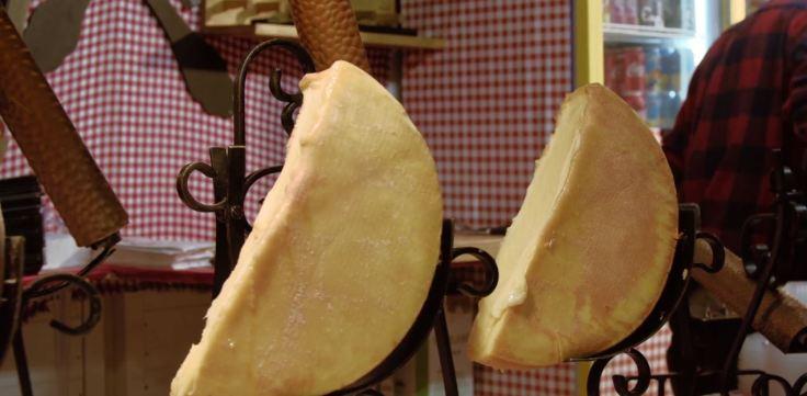 Raclette traditionnelle sur le marché de Noël de Rouen