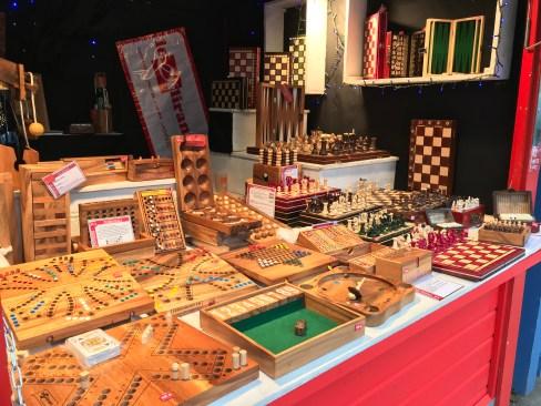 Chalet vendant des jeux en bois sur le Marché de Noël d'Angers