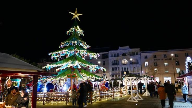Manège sapin sur le marché de Noël Place de la République
