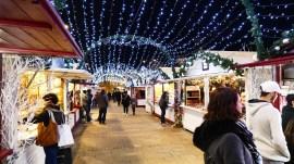 Illumination entre les chalets du marché de Noël du Mans