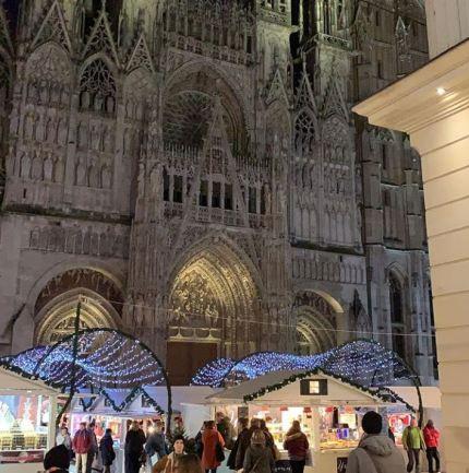 Promeneurs devant la Cathédrale sur le marché de Noël de Rouen