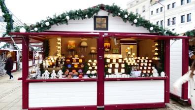 Chalet à photophores sur le marché de Noël du Mans