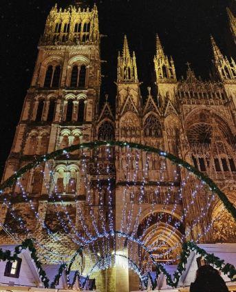 La cathédrale domine le Marché de Noël de Rouen