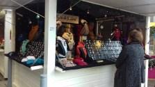 Bijoux de foulard sur le marché de Noël de Rennes