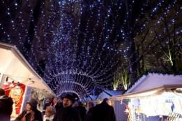 Allée illuminée entre les chalets du marché de Noël de Rouen