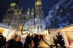 Passants dans les allées du marché de Noël de Rouen