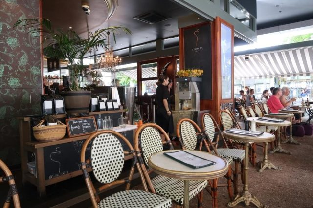 Aromas Noosa Restaurant with outward facing chairs like that of Europe Cafes