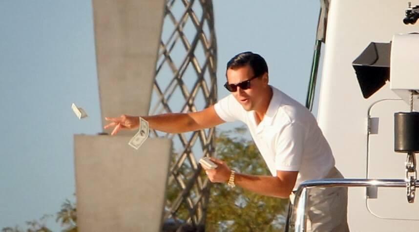 Биткоин-миллионер начал раздавать лишние деньги