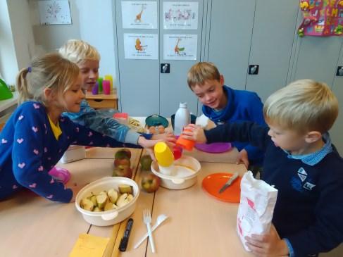 Kookhoek: ingrediënten afmeten en samenvoegen.