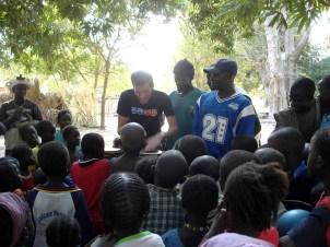 Försöker imponera kidsen i Senegal