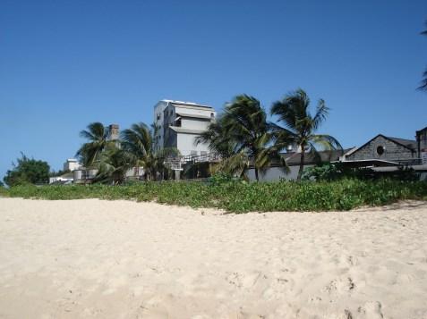 Precis vid stranden ligger destilleriet som framställer rommen Malibu