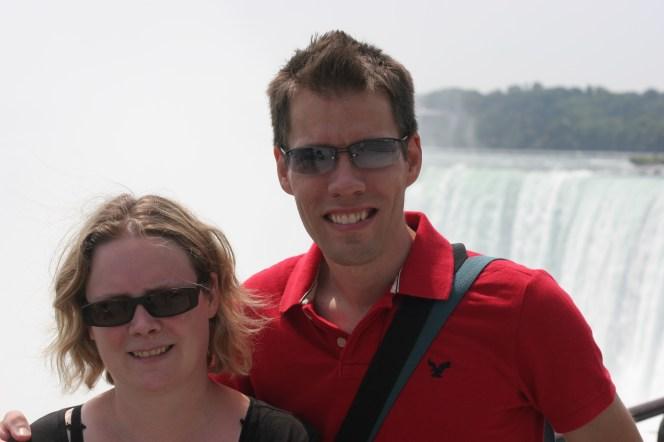 Vi poserar framför Niagarafallen