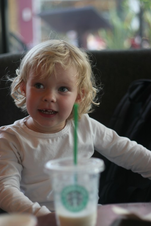 Vilja chillar på Starbucks med sin favoritdrink