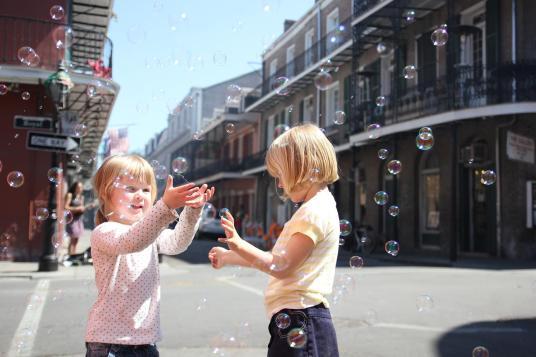 Vilja och Signe leker med sapbubblor i New Orleans