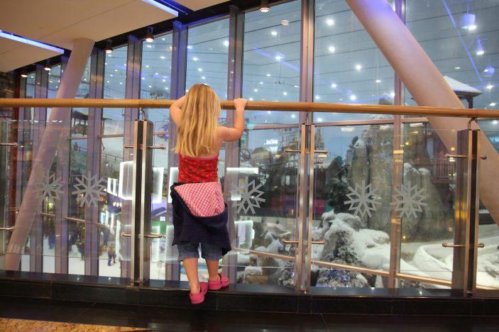 Signe tittar på skidbacken i Mall of the Emirates