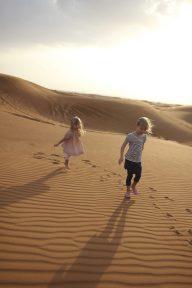 Vilja och Signe leker i öknen
