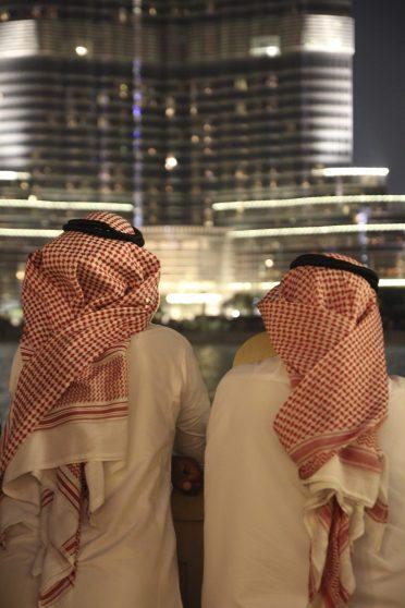Två locals framför Burj Khalifa