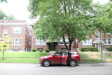 Dags att lämna St Louis - vår bil framför lägenhetshuset vi bodde i