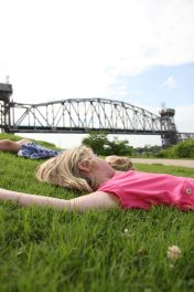 Glass och sen vila i gräset vid Arkansas River i Little Rock