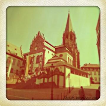 Ganz oben auf dem Dalberg finden wir das erste Wahrzeichen Aschaffenburgs, das überregional bekannt ist: Die Stiftskirche. Wer hier Samstags Fotos machen will, muss früh aufstehen, damit er vor den Hochzeitspaaren da ist. ;)