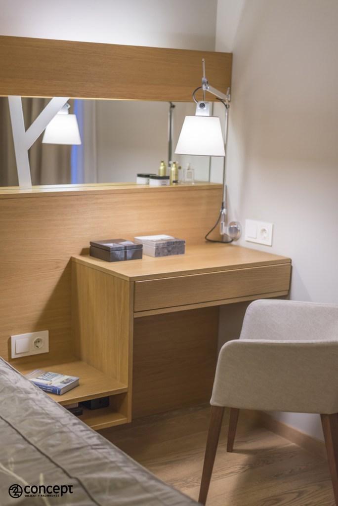 Einbau-Toilettentisch mit Bett und Einbaubeleuchtung