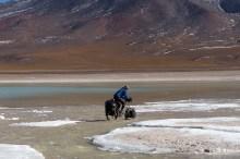 Paul crossing the stream between Lagunas Blanca and Verde.