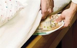 mettere i soldi sotto il materasso