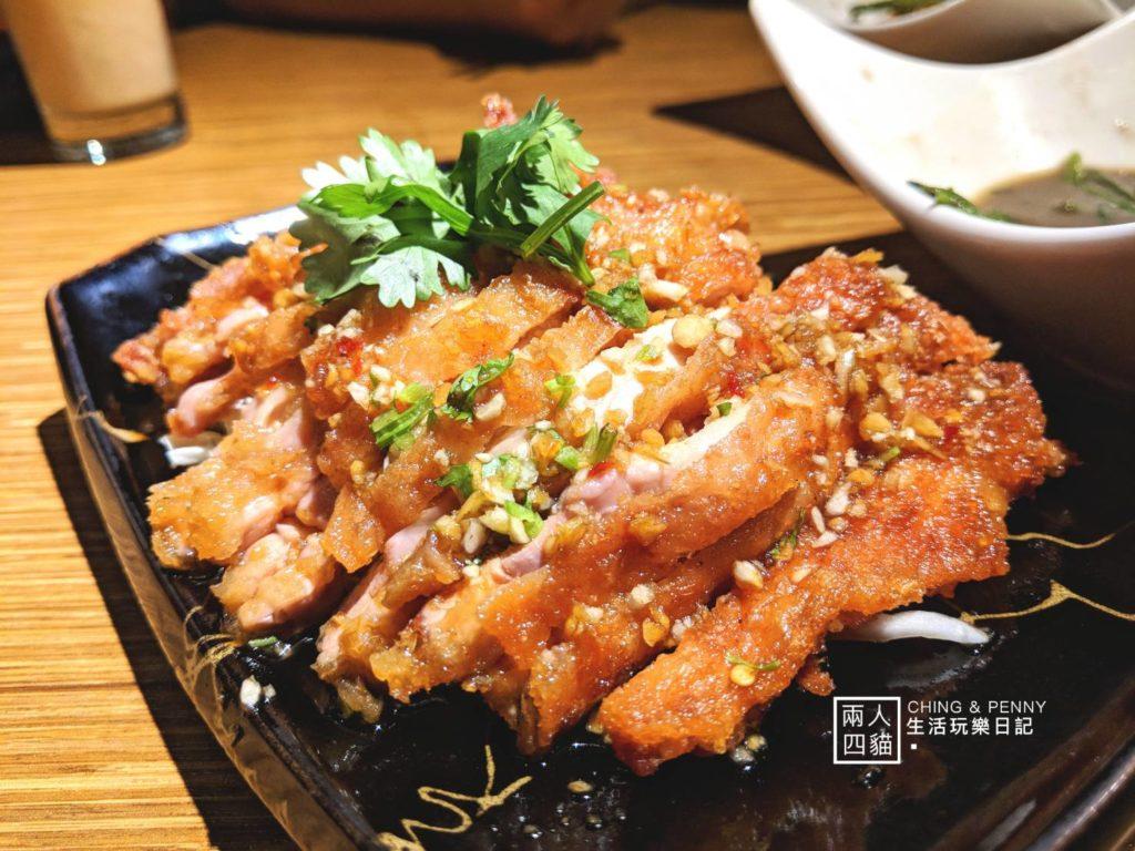 泰味廚房的泰式椒麻雞是每次來必點的料理,雞肉排酥炸過後外皮酥脆,內裡肉質鮮嫩多汁,搭配底下鋪上滿滿的高麗菜絲,一口咬下多層次口感。