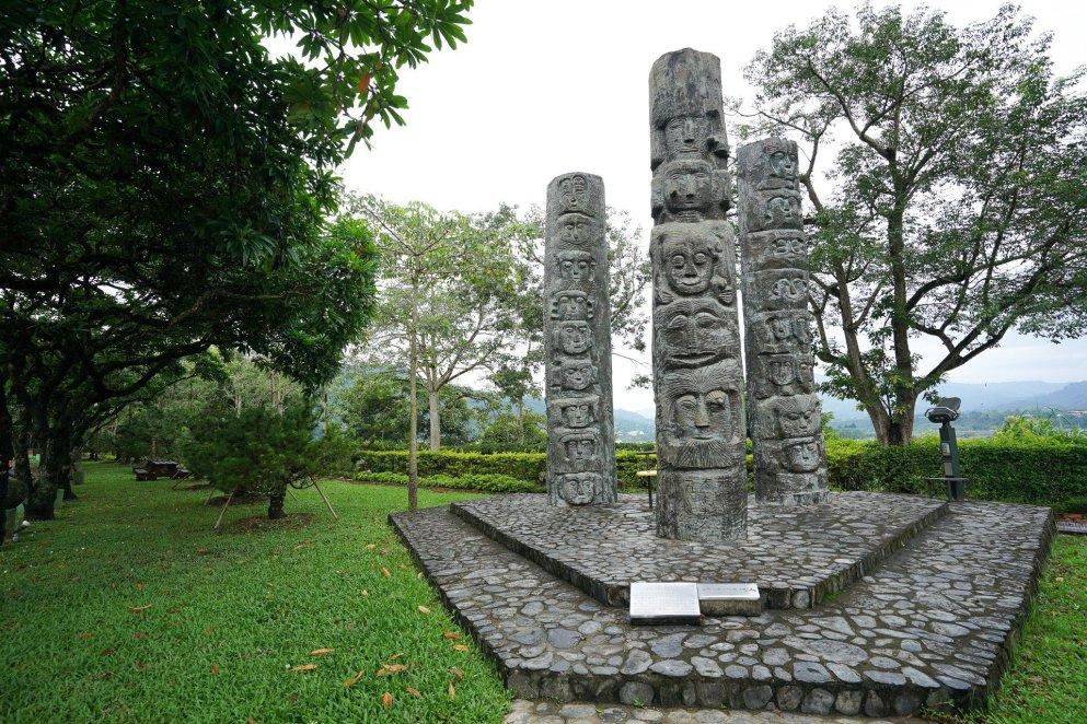 園區放了很多石雕、木雕、石版畫