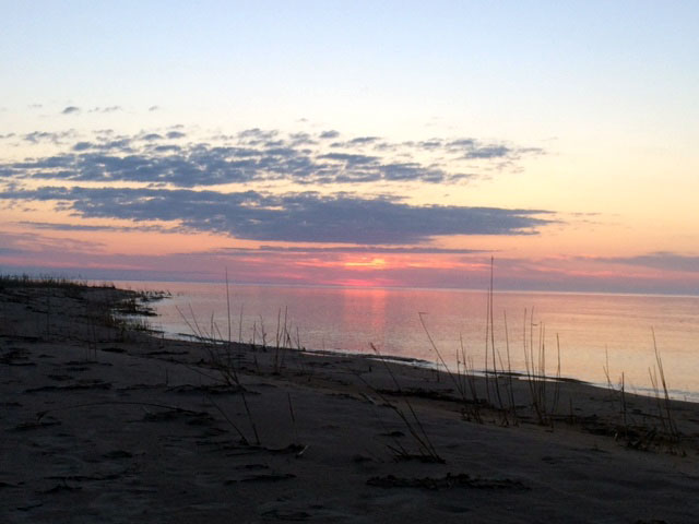 sunrise-sandy-beach-manistique-michigan