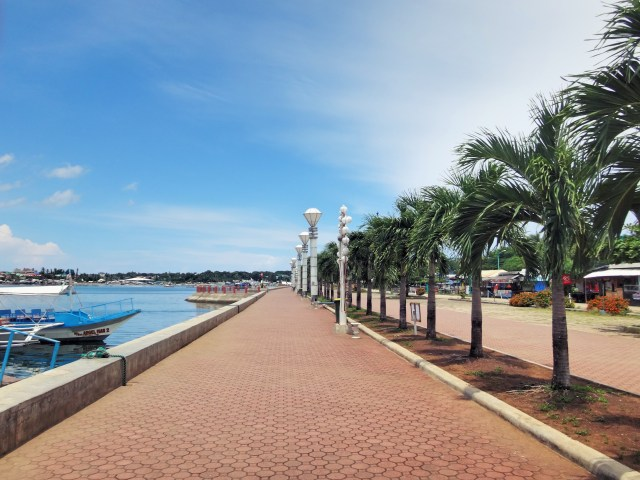 They Puerto Princesa Baywalk, deserted due to low season and/or it being a weekday.